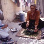 パレスチナ料理(モロヘイヤスープ)をつくる女性