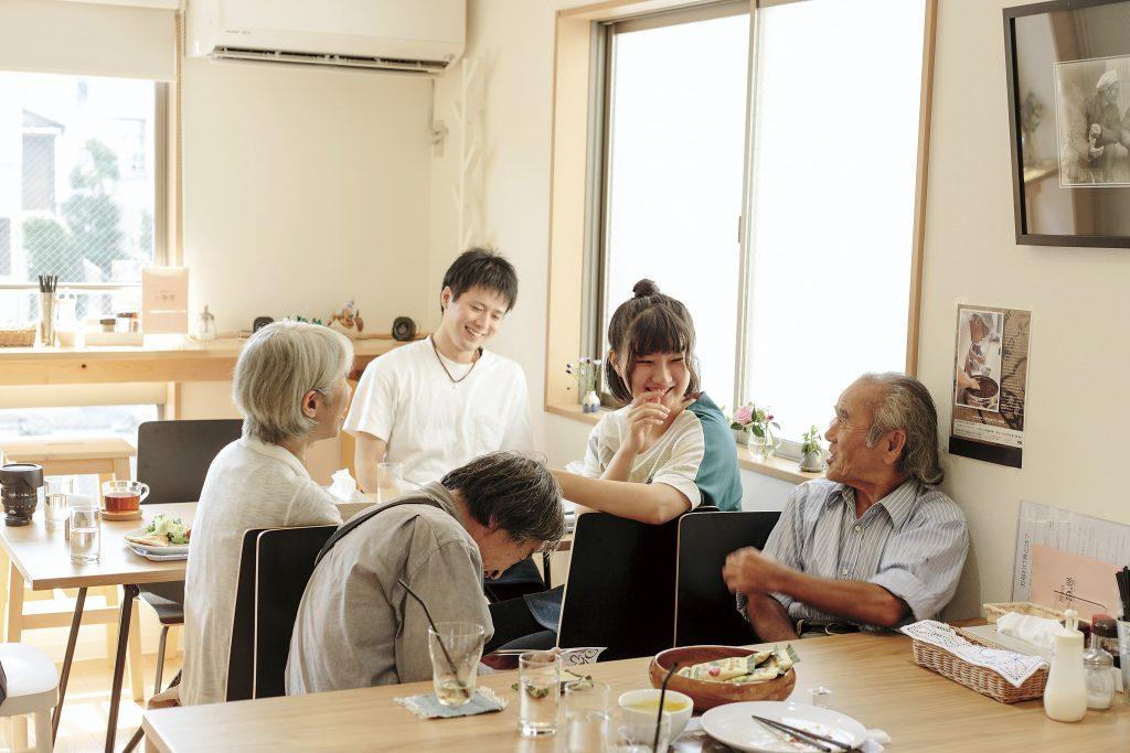 カフェでのわきあいあいとした会話の様子。年齢もいろいろまじりあっている。