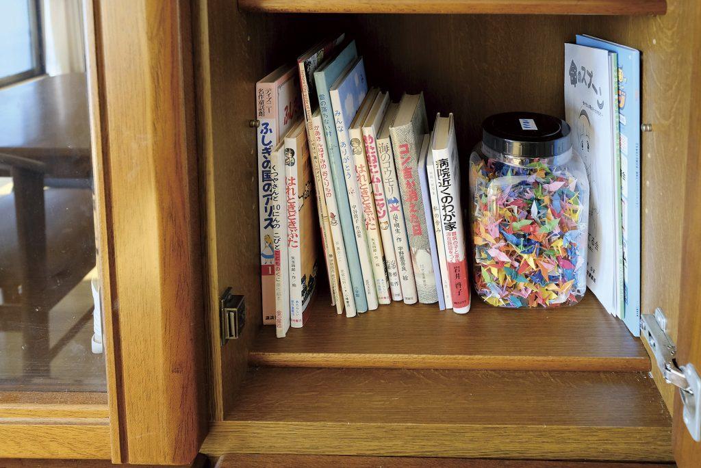 かもめのいえの各部屋にある本棚。児童書や絵本も。