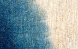 藍染め。左下が濃い藍。右上にむかってしろに。