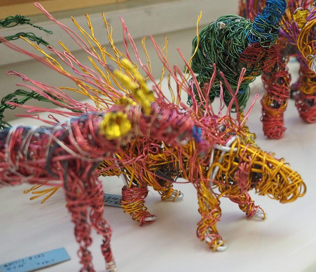 カラフルな針金をまいてつくる立体的な作品