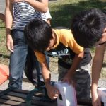 ピンホールカメラで撮影中の子ども