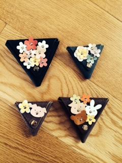 三角のかたちの小物入れ花の飾りがかわいい