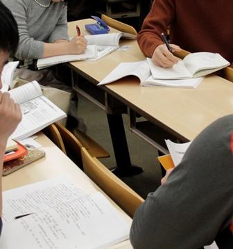 机に広げたテキスト、勉強している姿